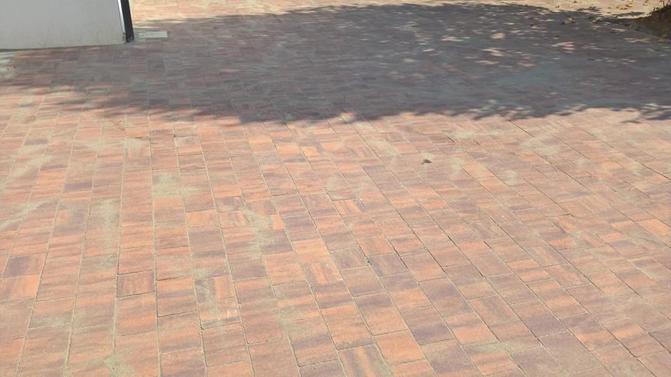 """Pavimento esterno, """"trepezzi"""" doppio strato al quarzo, colore mix porfido, posa a correre"""